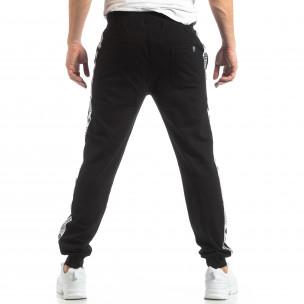 Pantaloni sport de bărbați negri cu logo și benzi  2