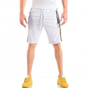 Pantaloni scurți de bărbați albi cu benzi și fermoare la buzunare