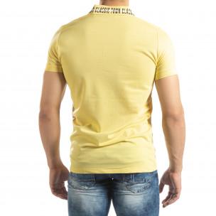 Polo de bărbați galben cu imprimeu pe guler  2